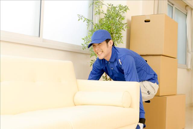 マンションへソファを搬入する写真