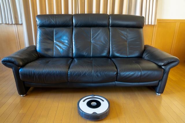 ロボット掃除機で毎日の掃除を楽に!脚付ソファを選ぶべし!